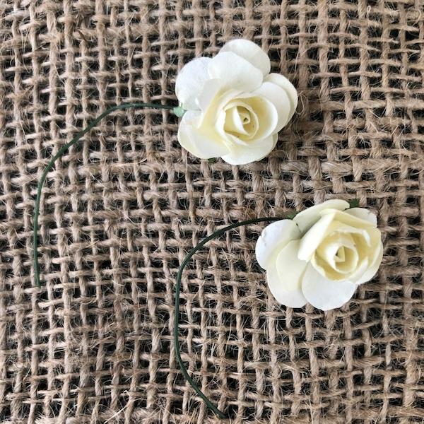 Mini flores de papel para adornar regalos.Pack de 10 unidades. Medidas flor con tallo: 8 cm aprox. Medidas de la flor: 2 cm aprox. Colores disponibles Beige y Rosa