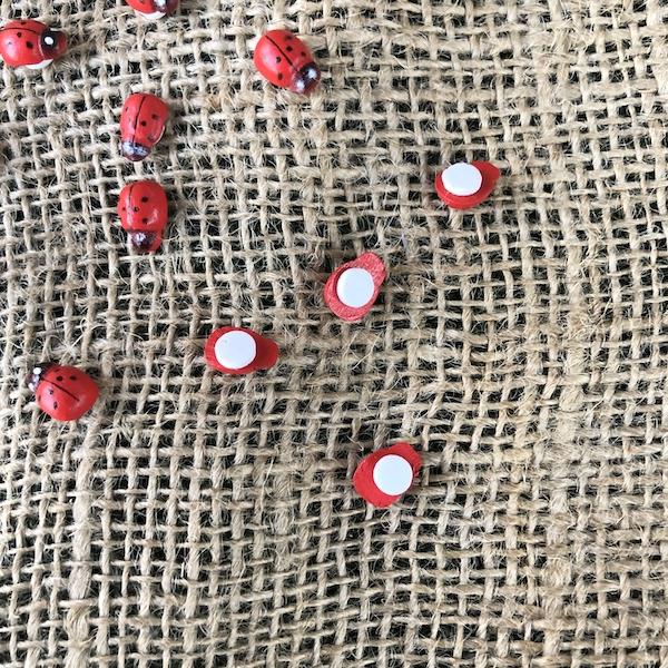 Abejas de madera adhesivas. Pack 20 unidades. Tamaño 1,5cm Sirven como complemento en decoración de tiestos y maceteros para plantas
