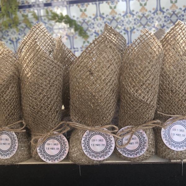 Son de 10 cm o 12 cm de tamaño aproximados y contienen el equivalente en su interior de un puñado de arroz, para entregarlos antes de acabar la misa o la ceremonia y lanzar después su contenido.